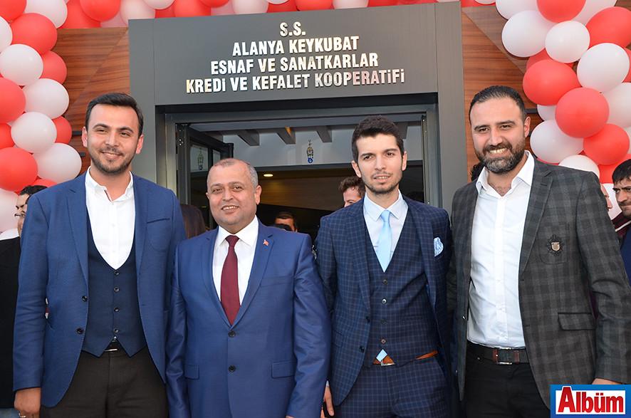 Velittin Yenialp Ak Parti Gençlik Kolları Başkanı Alaattin Işık ve ekibi ile Albüm'e poz verdi.