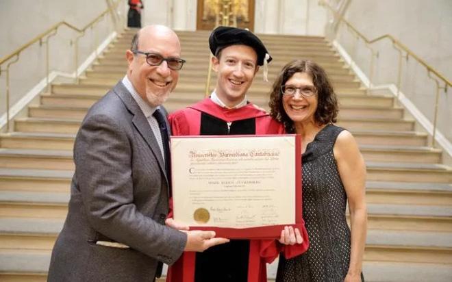Mark Zuckerberg chụp ảnh với bố mẹ của mình.