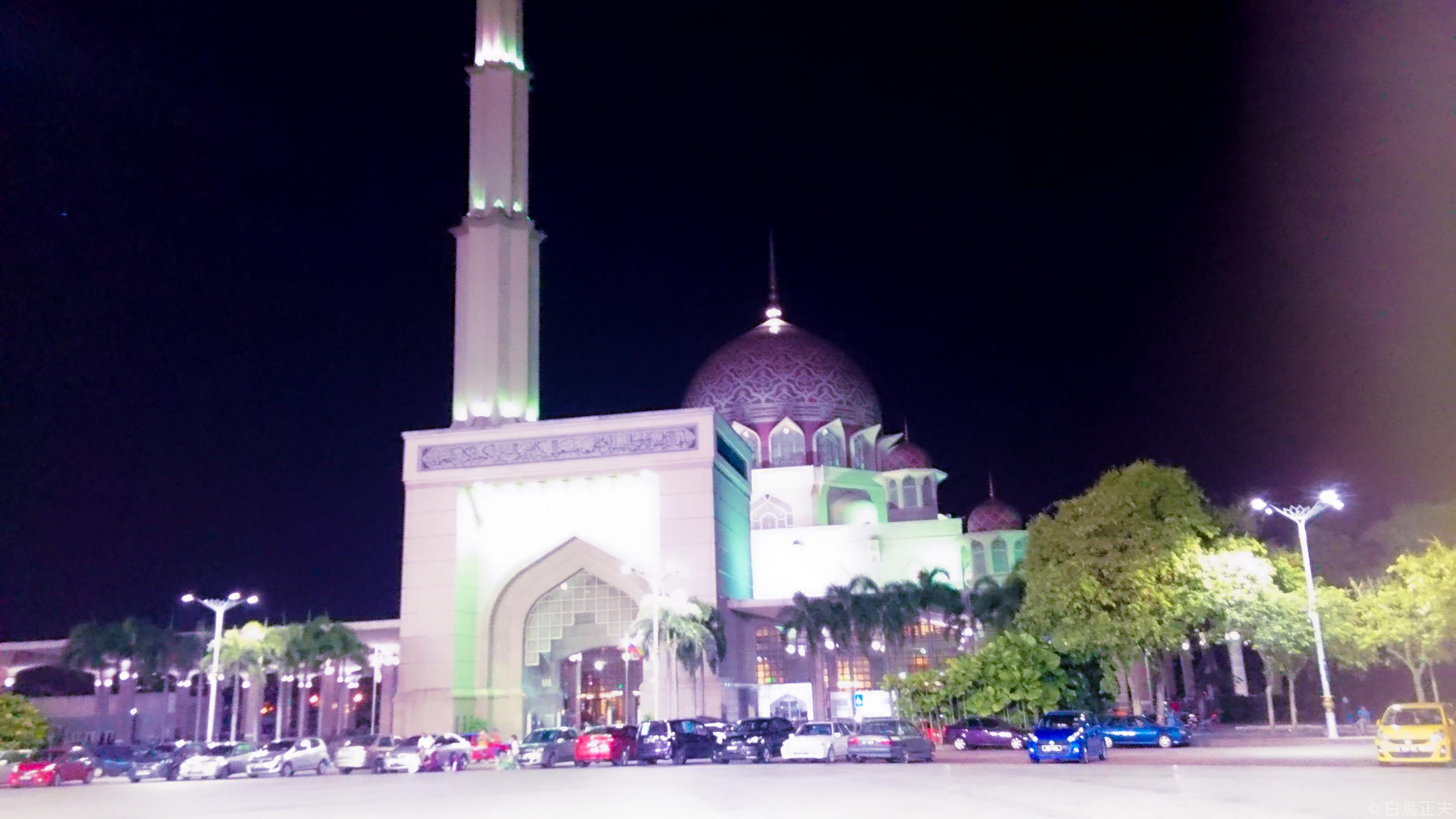 ピンク色のプトラ・モスク