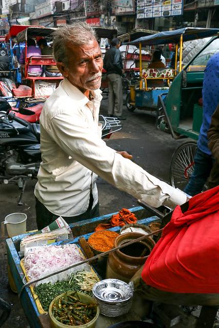 A snack stand in Chawri bazaar, Old Delhi, India オールド・デリー バザール路上の軽食屋台