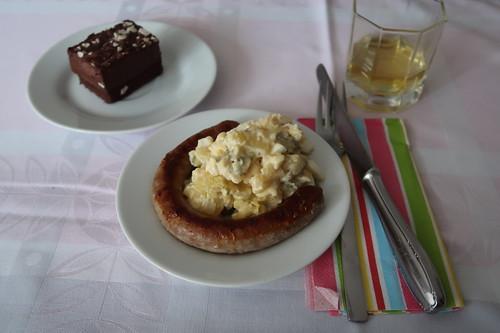 Schokoladentorte sowie frische Bratwurst und Karfoffelsalat (zur Stärkung kurz vorm Aufbruch)