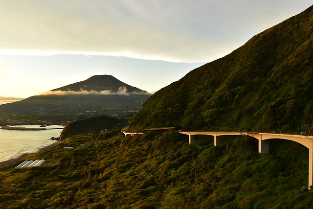 八丈島・大坂の陸橋と八丈富士