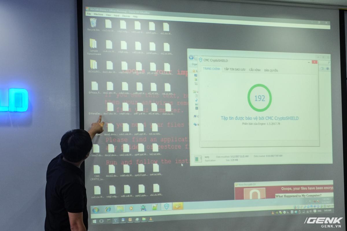 Ông Triệu Trần Đức (Tổng giám đốc CMC InfoSec) trình diễn khả năng của CMC CryptoShield trực tiếp trên sân khấu