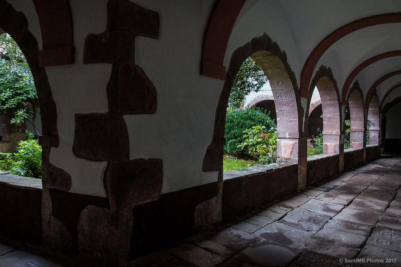 Claustro de la iglesia de San Pedro en Erratzu