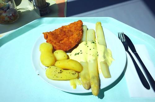 Fresh asparagus with pork escalope, sauce hollandaise & potatoes / Frischer Spargel mit Schweineschnitzelm Sauce Hollandaise & Salzkartoffeln