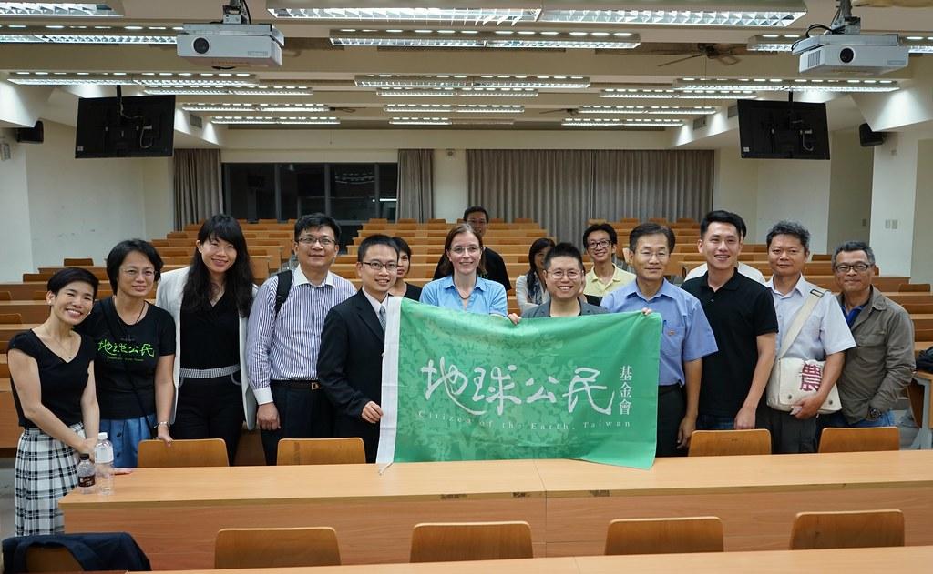 施碧娜會後與地球公民基金會和高雄市環保局長蔡孟裕、經發局長曾文生合影。圖片提供:地球公民基金會。