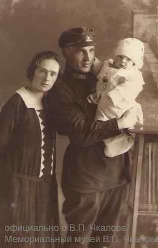 Chkalov con su esposa Olga y su hijo Igor