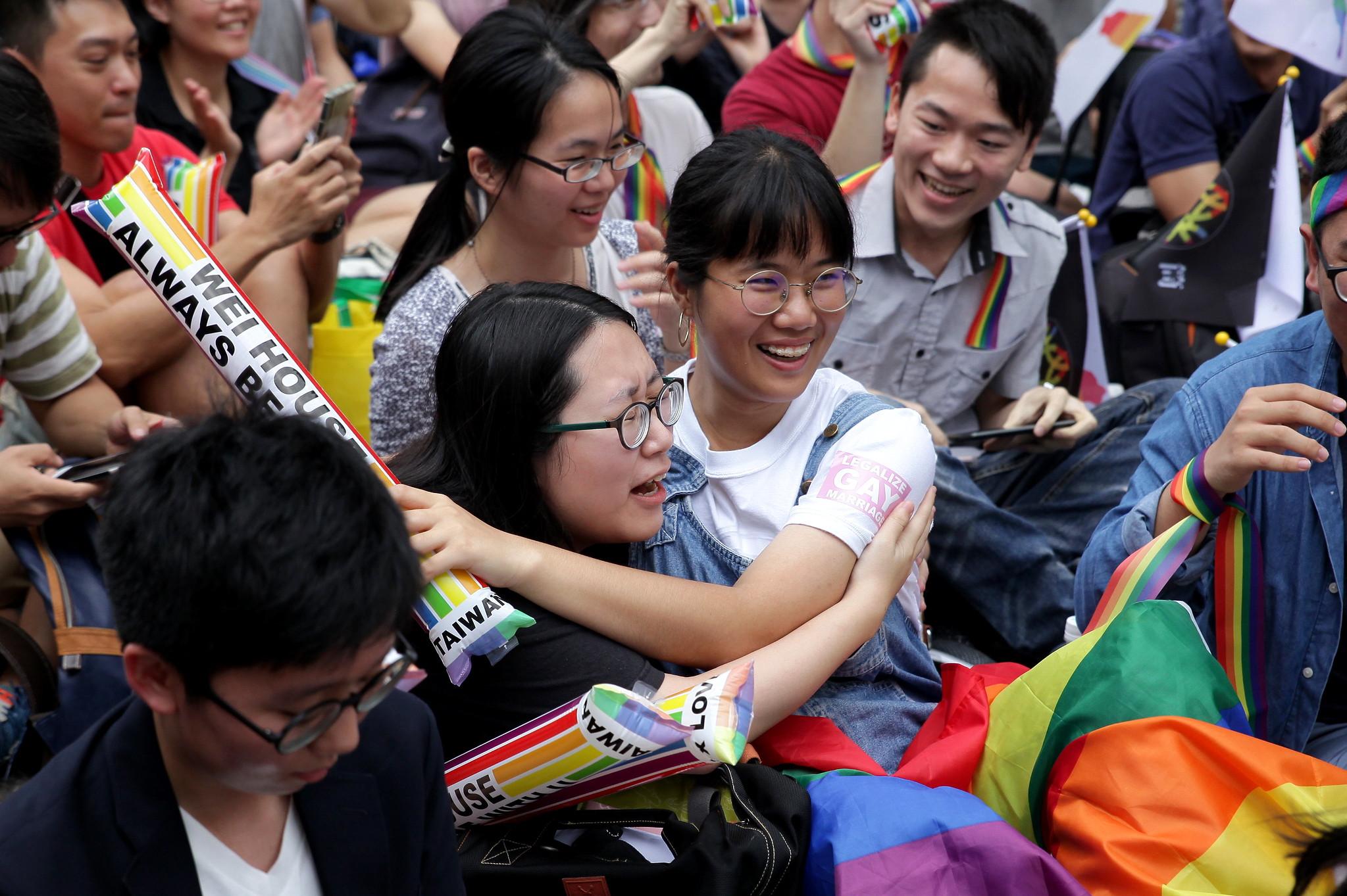 大法官宣告現行《民法》違憲,支持同婚的民眾喜極而泣。(攝影:陳逸婷)