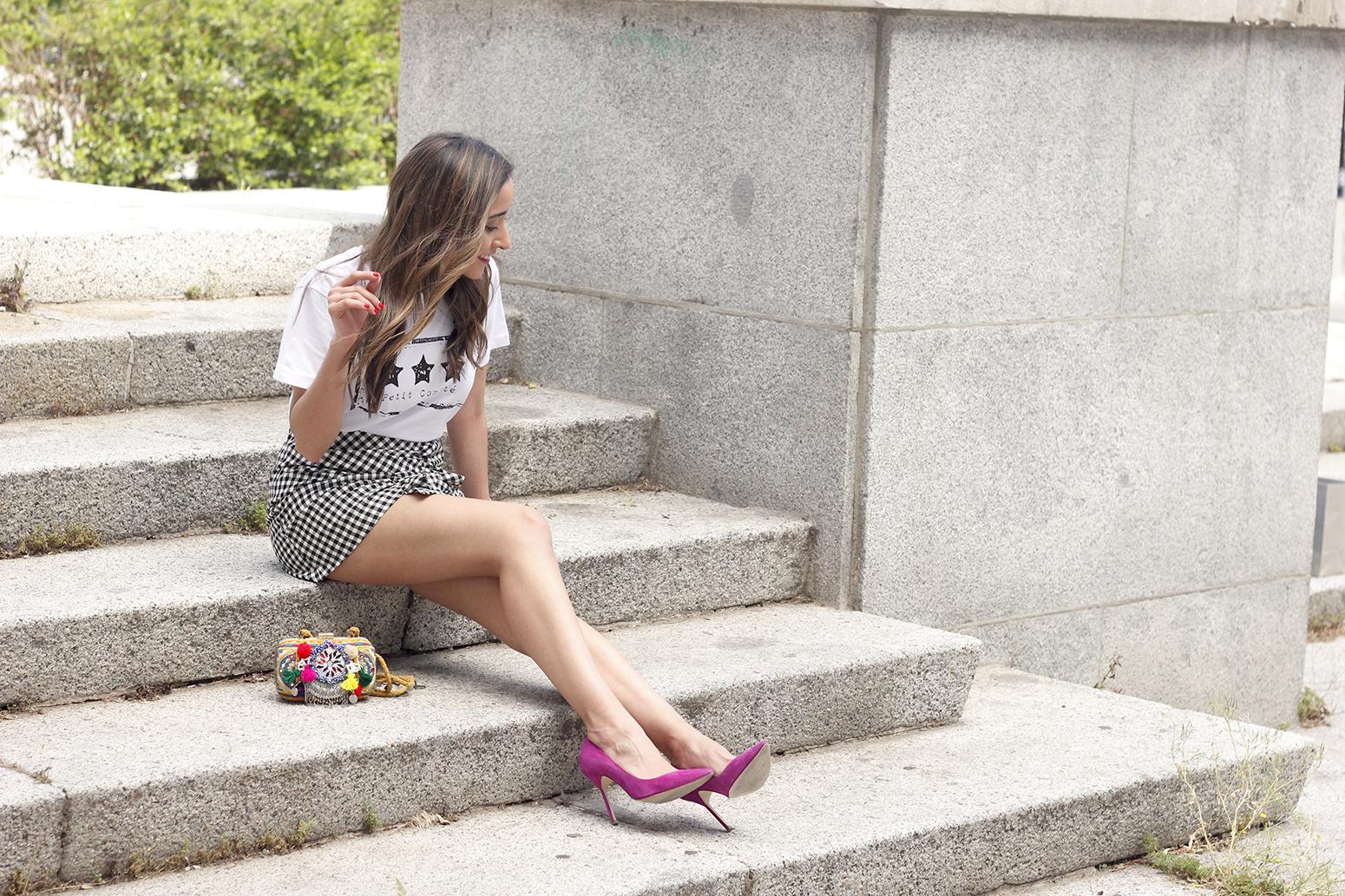 vichy skirt white t-shirt carolina herrera pink heels outfit style fashion summer01
