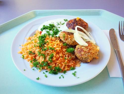 Greek bifteki with fresh onions, tzatziki & tomato reis / Griechische Bifteki mit frischen Zwiebeln, Tzatziki & Tomatenreis