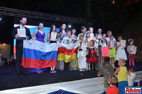 Alanya Rus Eğitim ve Kültür Derneği tarafından düzenlenen 3. Uluslararası Şarkı Yarışması'nda dereceye giren yarışmacılar ve jüri üyeleri