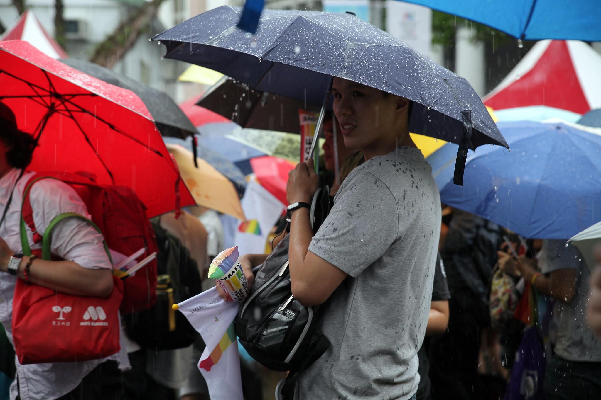 釋憲結果出爐後,突然下起大雨,同婚方的主持人以「雨後的天空會有彩虹」,鼓勵在場同志。(攝影:陳逸婷)