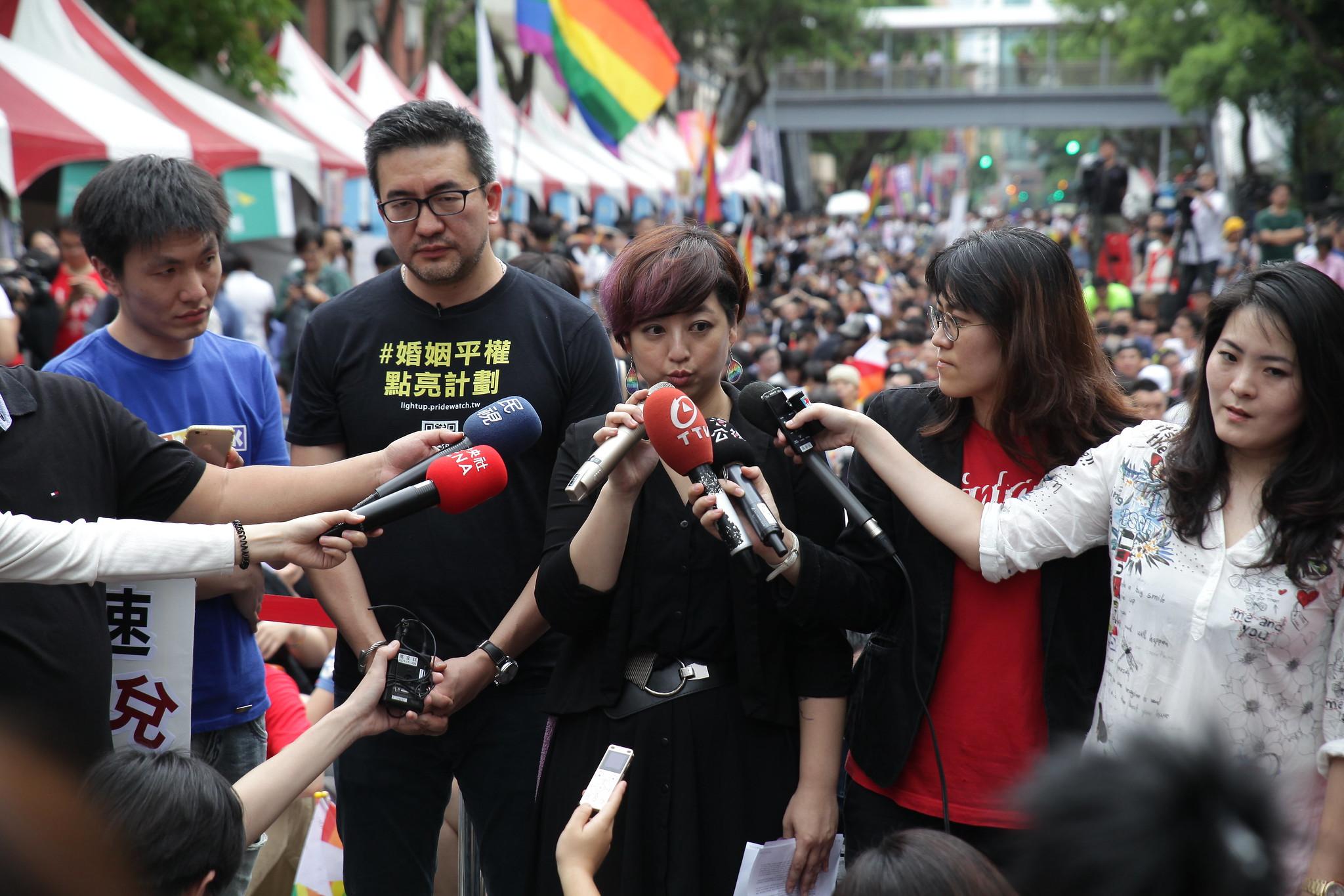 婚姻平權大平台總召呂欣潔接受媒體採訪。(攝影:陳逸婷)