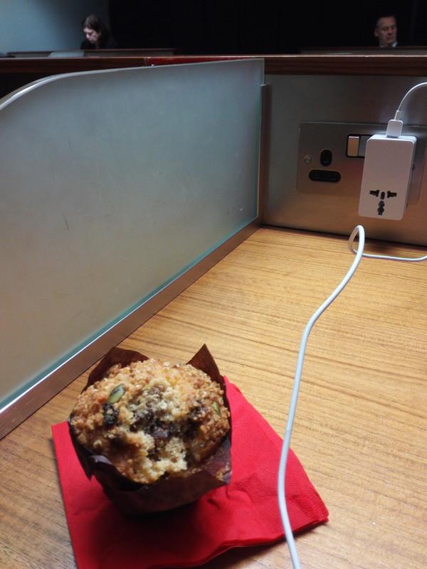 ファーストクラスラウンジの朝ごはん マフィン virgin train first class lounge muffin