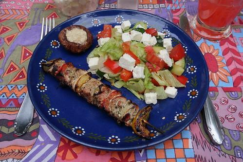 Fleisch-Gemüse-Spieße mit gefülltem Champignon und Eisberg-Paprika-Tomate-Schafskäse-Salat