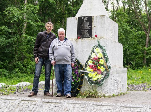 Первая братская могила (большая могила) в лесу