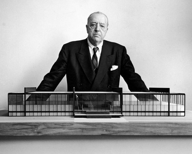 """KTS Mies Van de Rohe. Ông nổi tiếng với câu nói : """" Less is more"""" – ít tức là nhiều. Với ngụ ý cho rằng, trong tư duy và thiết kế, giản lược về mọi thứ là một việc làm đúng đắn."""
