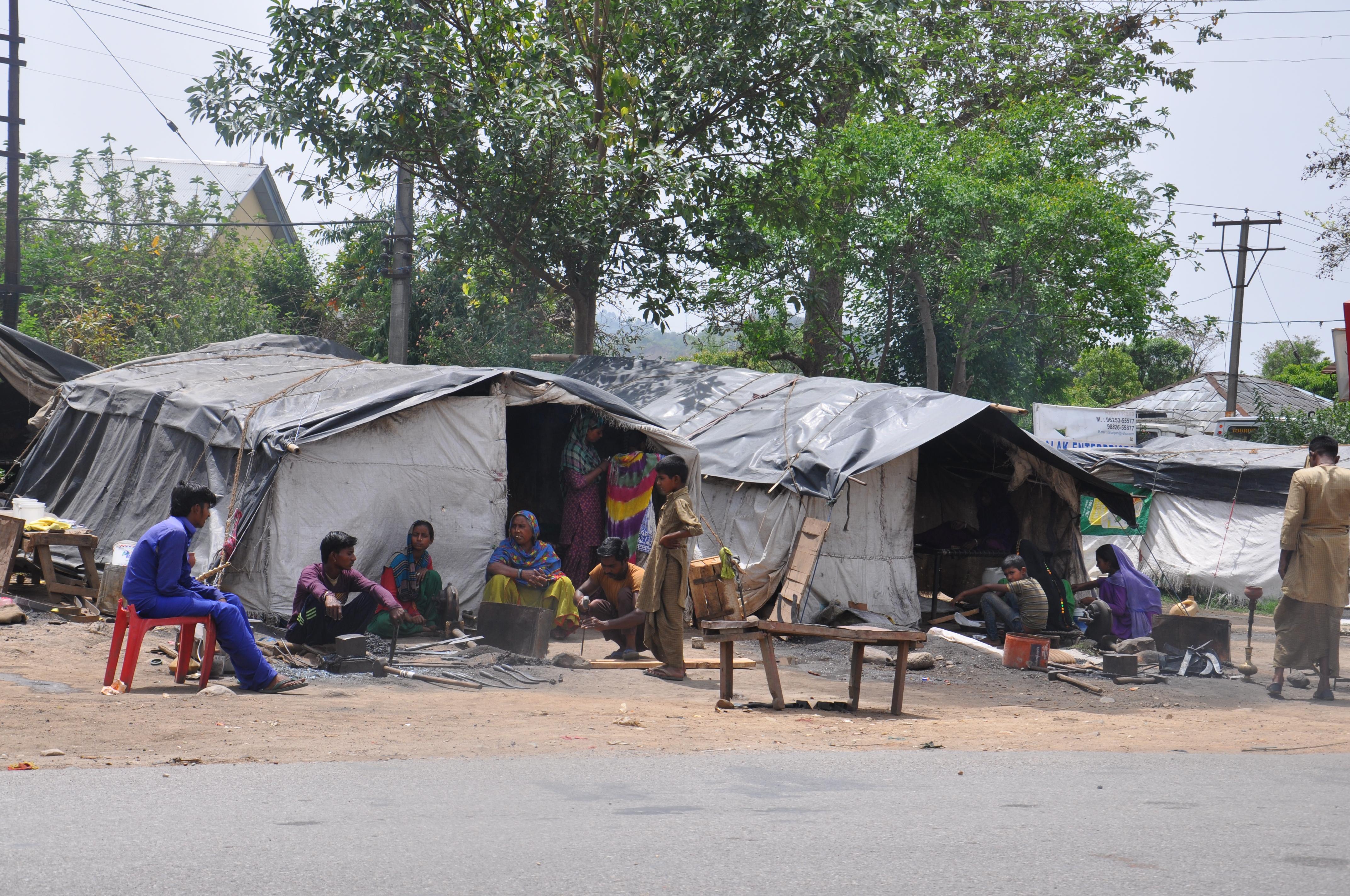 जिंदगी की जलालत झेलते हुए,गरीबी से जूझते प्रवासी मजदूर