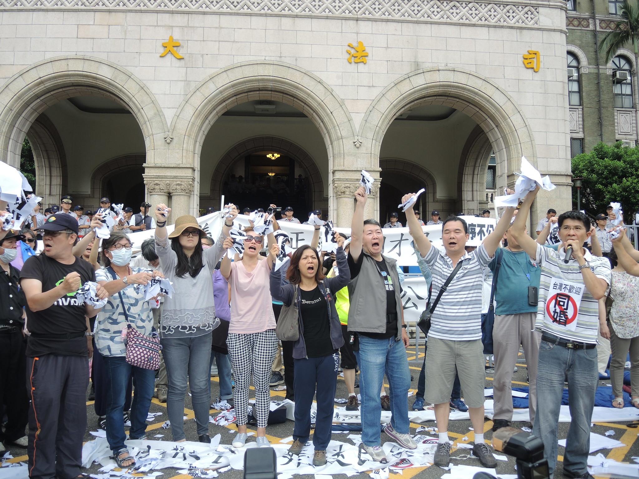 524同婚釋憲結果出爐,反同婚的下一代幸福聯盟在司法院外高喊「釋憲無效」。(攝影:曾福全)