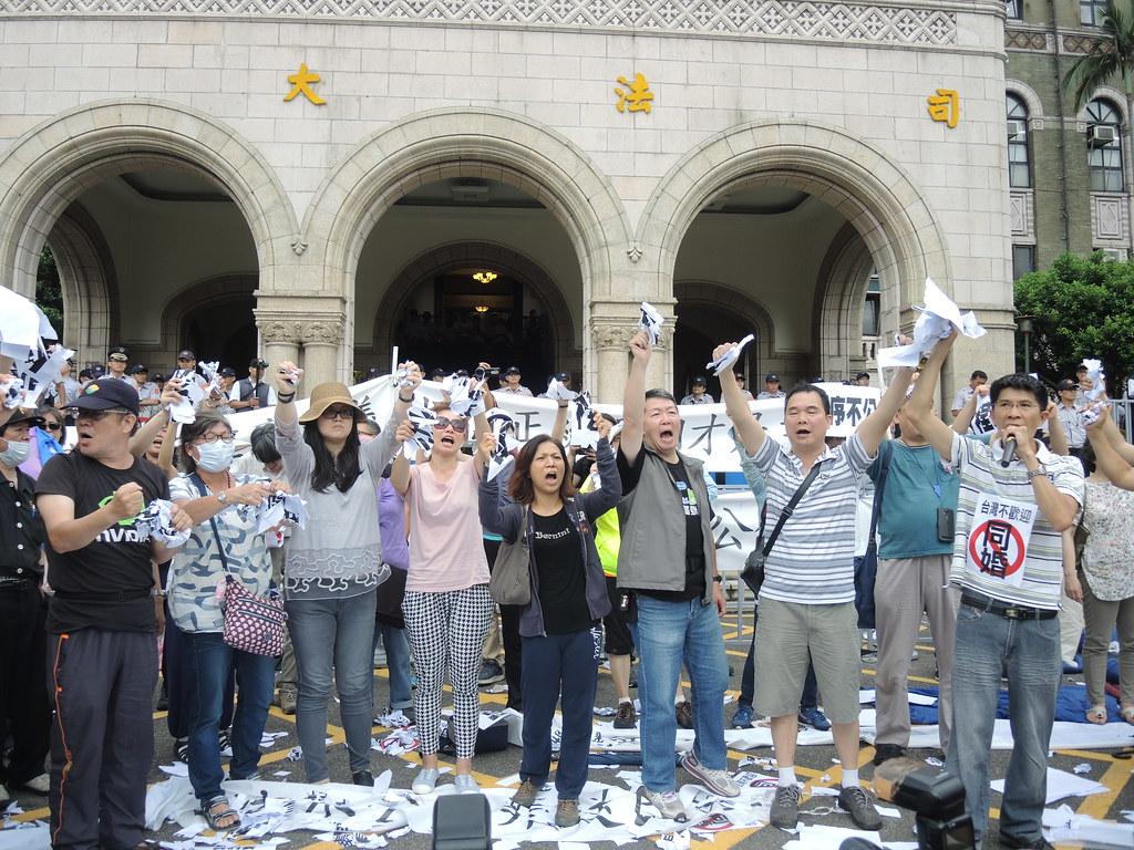 大法官釋字748號出爐當天,反同婚團體齊聚司法院前抗議。(資料照片/攝影:曾福全)