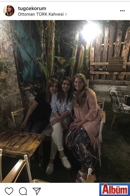 Tuğçe Korum, dostları ile birlikte Ottoman Türk Kahvesi'nde keyifli bir akşam geçirdi.