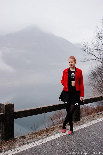 Navazzo matkabloggaaja Gargnano Italy Italia Matkustaminen Matkustusvinkit Italiaan kokemuksia Italiasta Garda- järven lähistöltä Garda- järvi matkustaminen travel blog blogging lifestyle mountains alpit Italiassa Adidas croptop suedejacket mokkanahkatakki Ompelimo Rokita Minna Parikka ballerinat