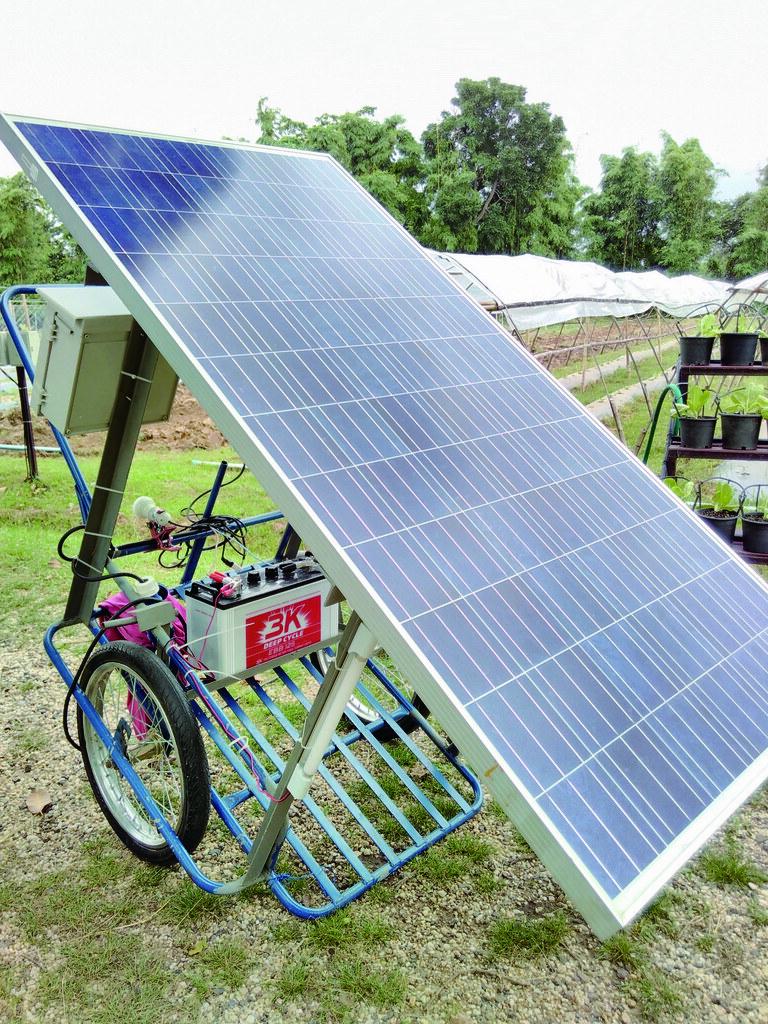 移動式太陽能板方便農夫在田間使用。
