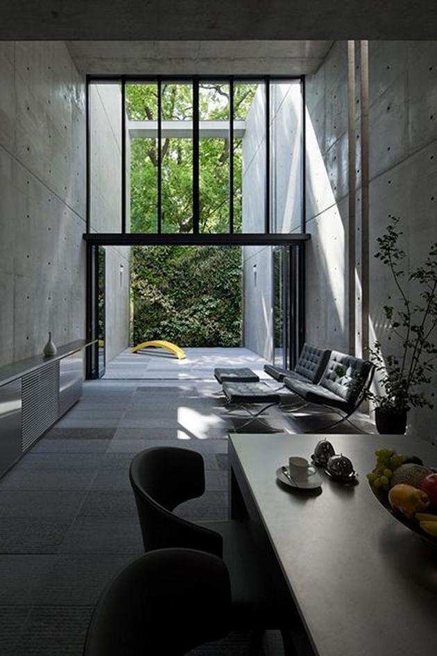 Một không gian với lượng ánh sáng vừa đủ sẽ tạo một cảm giác thư thái cho nơi bạn sống. Bóng đổ là một yếu tố then chốt, một mặt nào đó, nó tạo ra sự khác biệt giữa một không gian của người phương Tây và một không gian mang nét Á Đông. Chứ không hẳn là các chi tiết trang trí.
