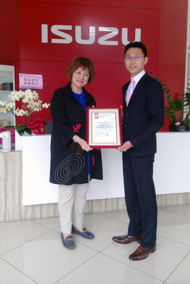家扶基金會社會資源處 林處長遞贈感謝狀予台北合眾汽車 余政明總經理