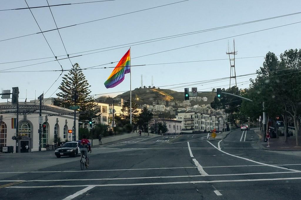 Drapeau arc en ciel au dessus du quartier de Castro à San Francisco. Photo d'Aurélien Audy.