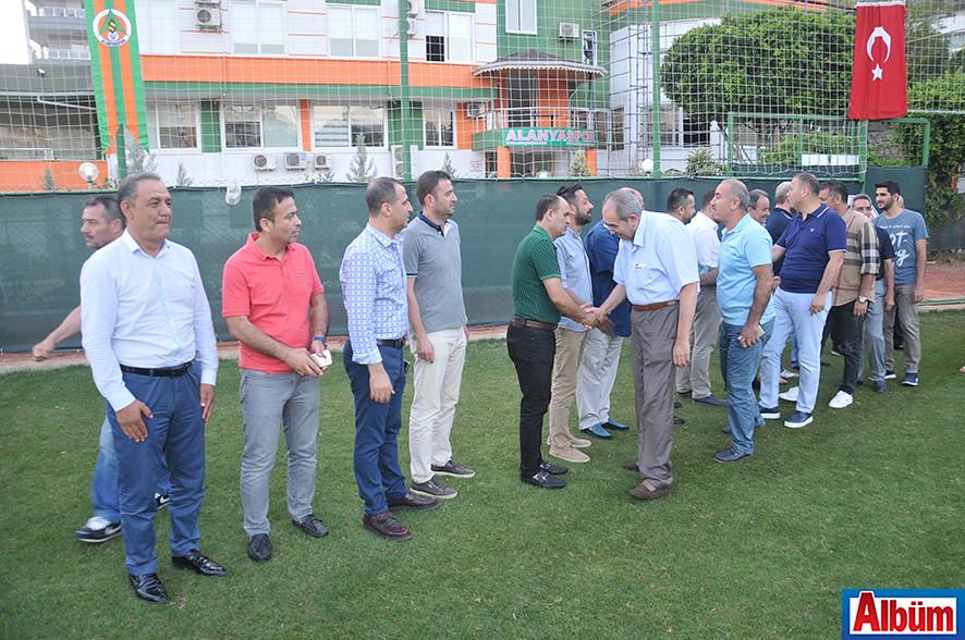 Alanyaspor kulüp yönetimi davetlileri kapıda karşıladı.