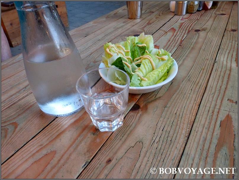 סלט קטן ומים ב- פיצה פנמה