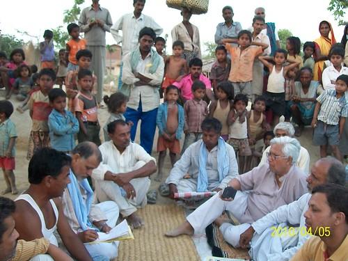 बाढ़ की समस्या पर ग्रामीणों से बातचीत करते श्री मिश्रा