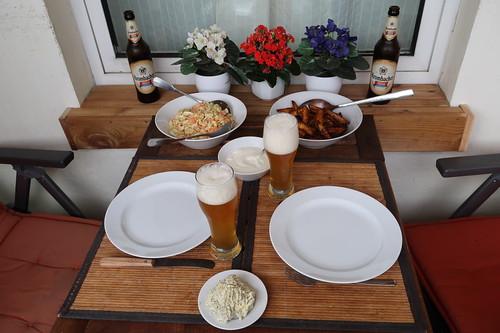 Salbeibutter, Spitzkohlsalat und Country Kartoffeln auf das gegrillte Flanksteak wartend
