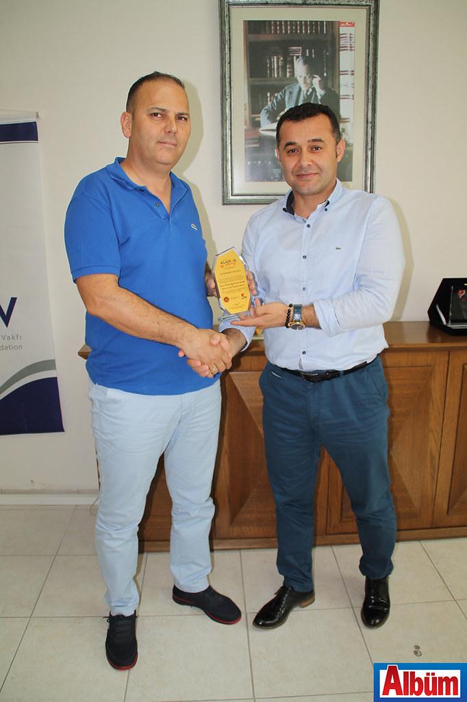 Alanya Belediye Başkanı Adem Murat Yücel tarafından Türkiye Festivali'ne destek olan firma yetkililerine plaket verildi