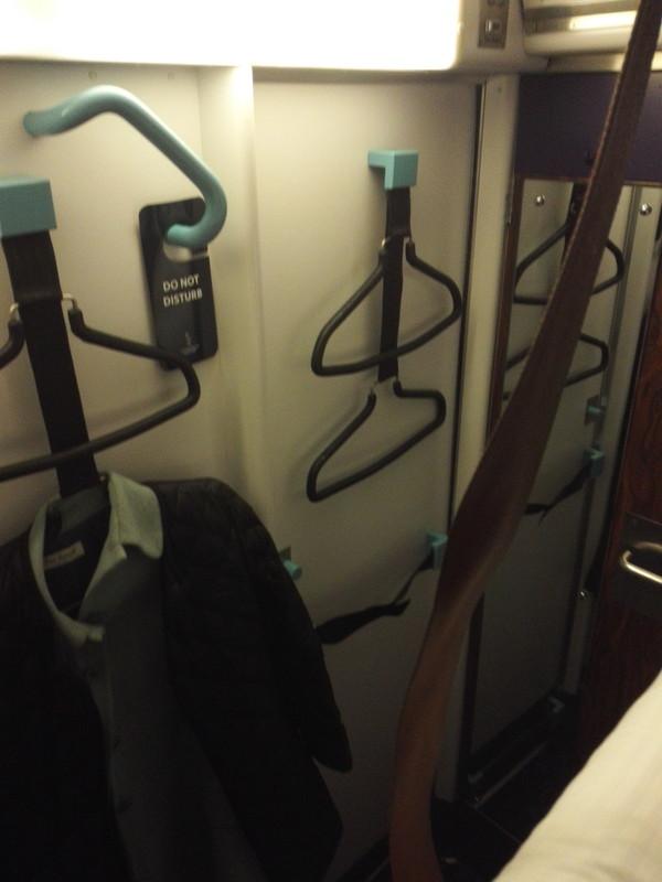 カレドニアン・スリーパーのコンパートメント内のハンガー コートかけ