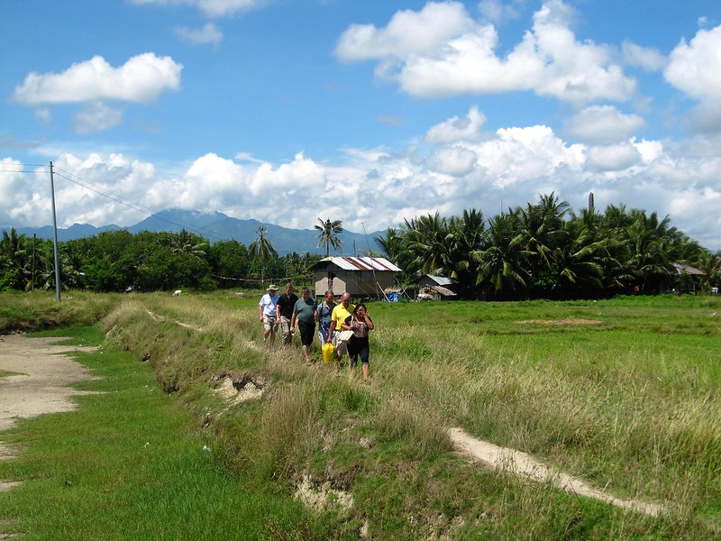 Visitors walking to Sitio Baybay