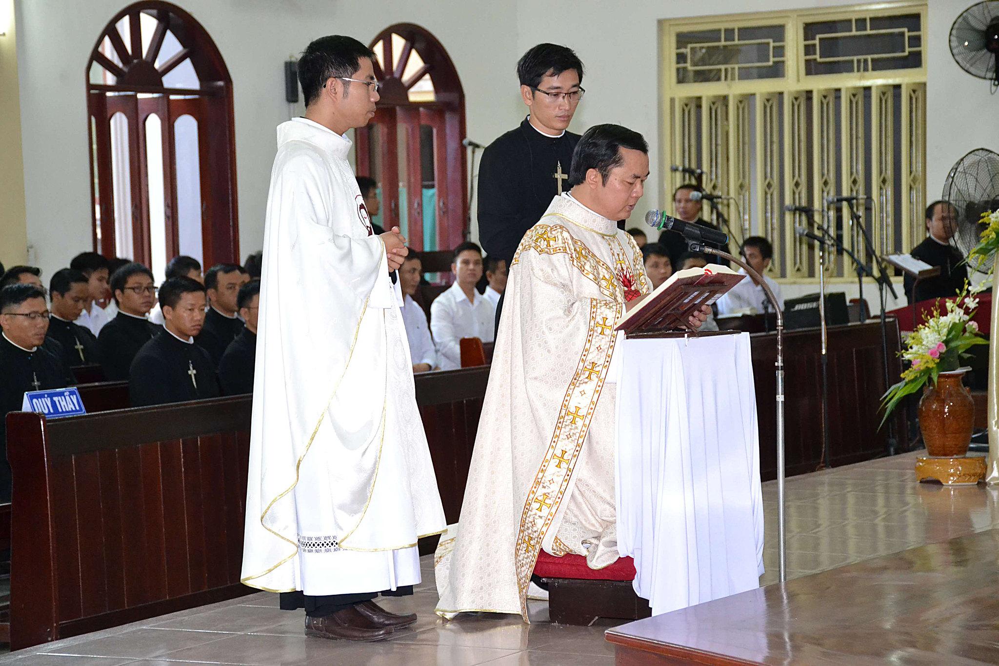 Nghi thức nhận chức của cha tân Bề trên Tổng quyền Dòng Thánh Tâm Huế