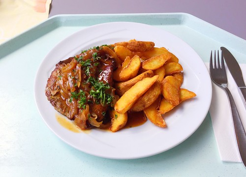 Pork steak with roast onions & country potatoes / Holzfällersteak mit Röstzwiebeln & Country