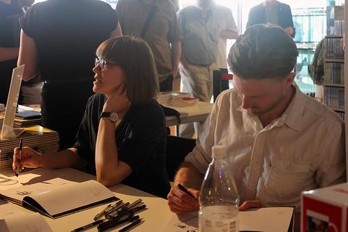 Sara Bergmark Elfgren och Karl Johnsson signerar Vei.
