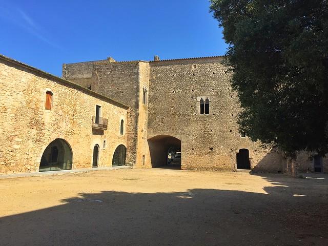 Palacio abacial que forma parte del Monasterio de Santa María de Vilabertrán (Alto Ampurdán, Girona)