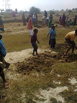रवींद्र पाठक की देखरेख में चल रहा है कुंड खोदने का काम
