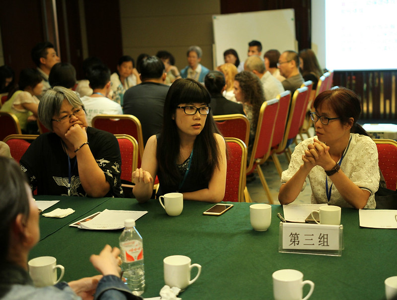 NGOs have a group discussion during the symposium. 非政府代表正在热烈讨论