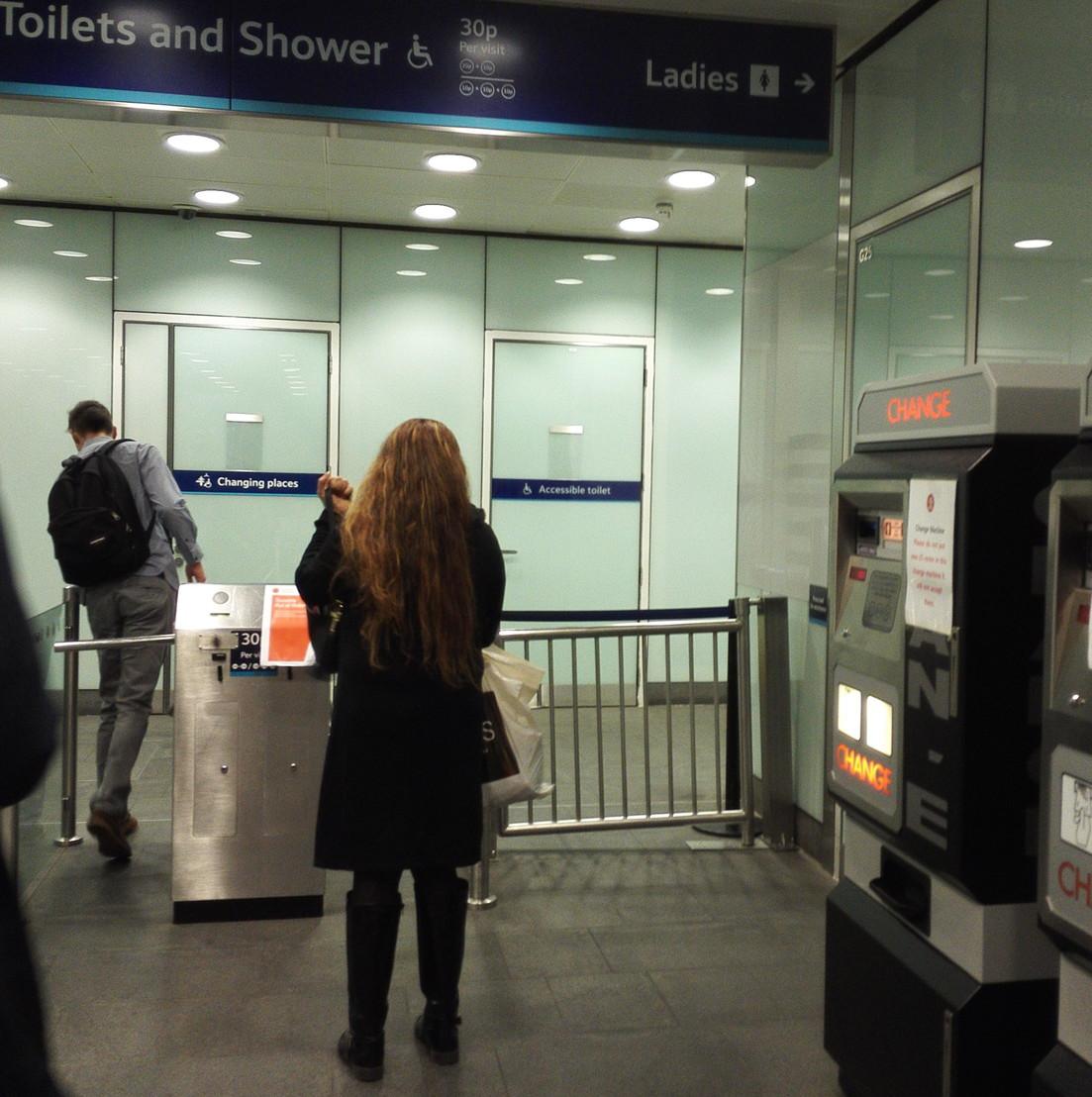 キングスクロス駅の有料トイレと両替の機械2台