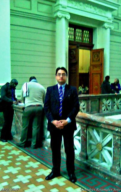 Abogado Andrés Retamales. Pasillo de acceso a la Corte Suprema de Justicia, Santiago de Chile, Junio 2017