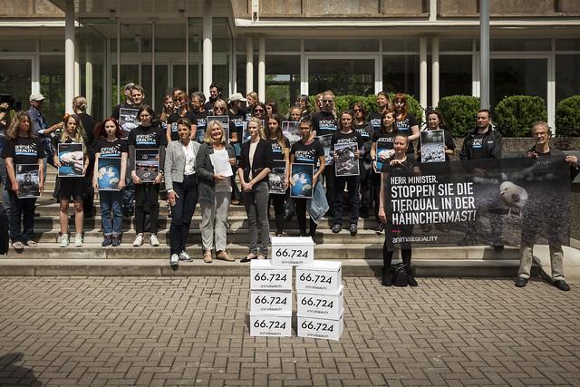 1706_Animal_Equality_Petitionsübergabe_Hähnchenmast