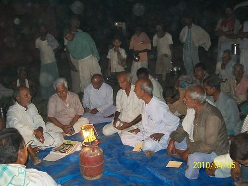तटबंध के किनारे बसे एक गांव के लोगों से बात करते दिनेश कुमार मिश्रा