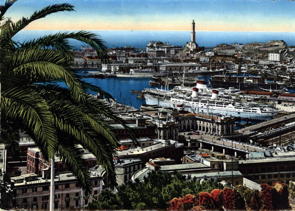 Vue panoramique de Gènes avec un bout du port sur une ancienne carte postale.