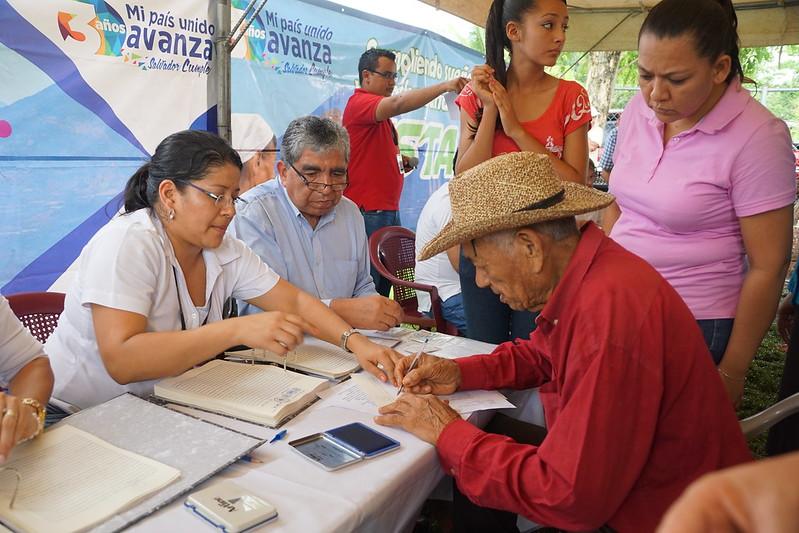 Firma de escrituras en Cooperativa la Cabaña, Usulután