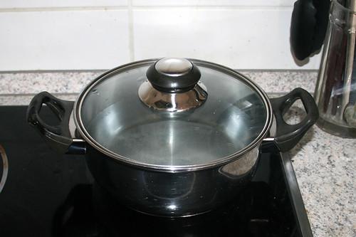 12 - Topf mit Wasser aufsetzen / Bring water to a boil